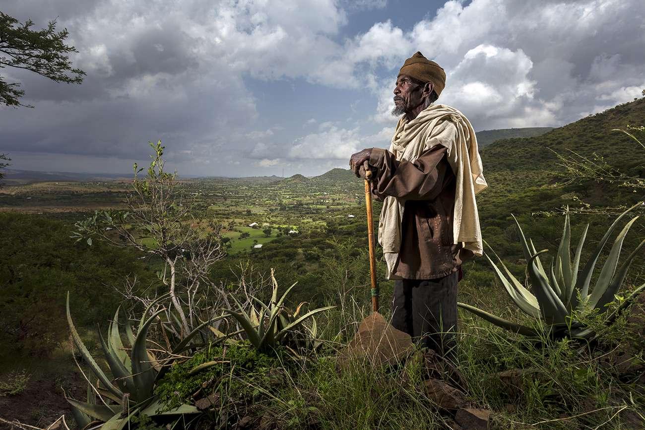 Brent Stirton : un paysan gardien du vivant en Ethiopie lutte contre la désertification.